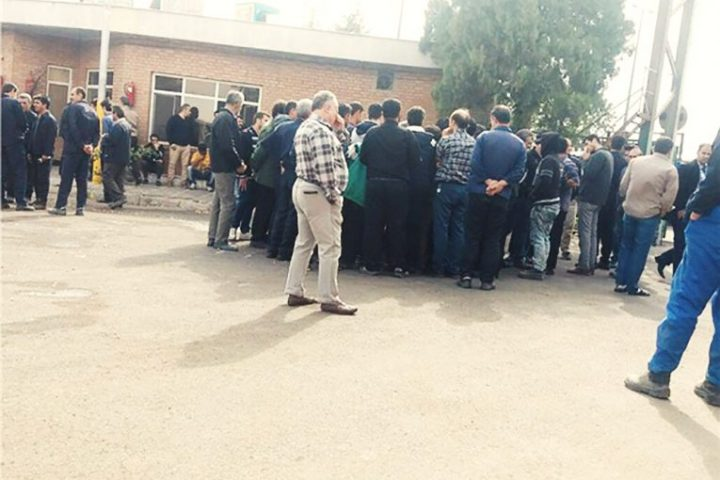 : بدنبال ادامه تاخیر در پرداخت مطالبات مزدی کارگران «شیشه قزوین» صبح امروز گروهی از آنان مقابل درب ورودی کارخانه تجمع کردهاند