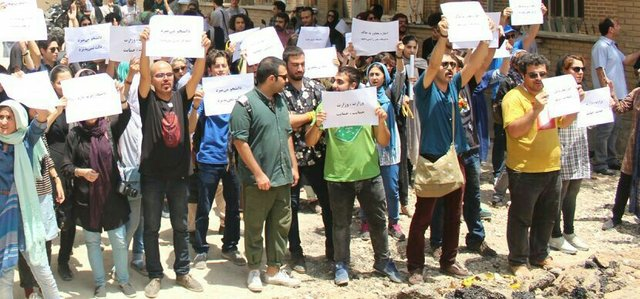 دانشجویان دانشگاه تهران در اعتراض به اجرای قانون سنوات در این دانشگاه، برای دومین روز تجمع اعتراض آمیز خود را در هوای سرد و بارانی تهران برگزار کردند