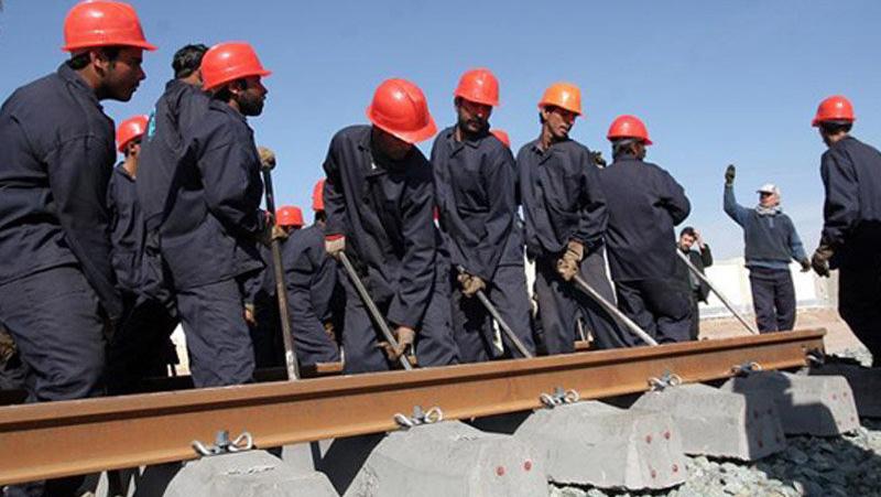 «منصور ساکی» فعال صنفی کارگری استان لرستان در گفتگو با ایلنا، اظهار داشت: هزینههای واقعی زندگی خانوارهای کارگری حتی بیشتر از رقم 2 میلیون 489 هزار تومانی اعلام شده توسط کارگروه تخصصی مزد است