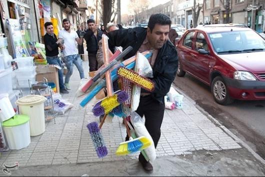 ماموران شهرداری به بهانه سدمعبر و ازدحام در روزهای شلوغ پایان سال، از دستفروشان میخواهند که پیادهروها و حاشیه خیابانها را ترک کنند