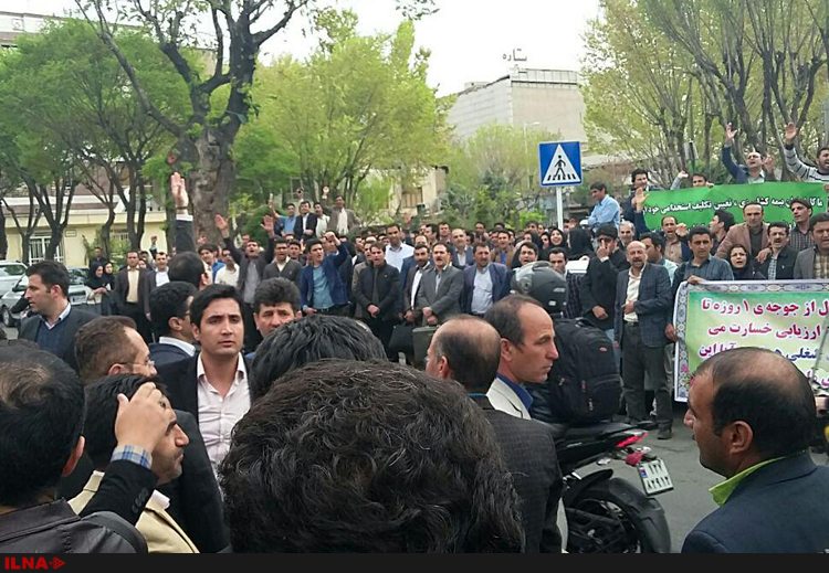 ادامه اعتراضات کارگزاران صندوق بیمه کشاورزی/ تجمعکنندگان مقابل مجلس رفتند