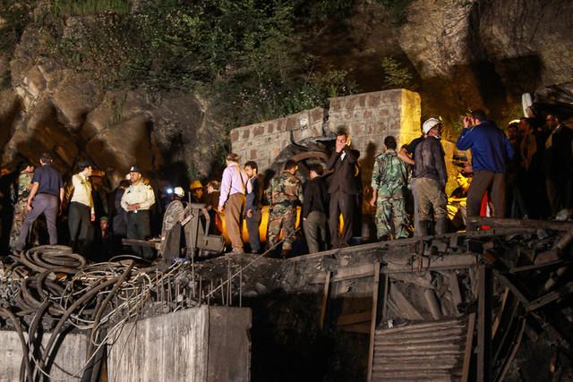 """کارگران مشغول کارند و لوکوموتیو داخل تونل معدن توقف کرده و روشن نمیشود، چند روز است بوی گاز در معدن احساس میشود و معدنچیها گفتند چندباری تذکر دادهاند، اما آدمهای """"مسئول"""" هیچ توجهی نکردند. تعمیرکار تلاش میکند برای آنکه کار نخوابد لوکوموتیو را راه بیندازد"""