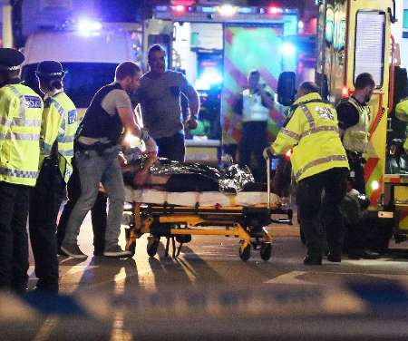 به گزارش ایسنا، بنا بر اعلام پلیس لندن، دستکم شش تن شنبه در نزدیکی لاندن بریج کشته شدند. طبق گفته پلیس، سه مهاجم خودرویی را به سمت عابران پیاده در لاندن بریج حرکت دادند و سپس به مردم در بورو مارکت لندن چاقو زدند. یکی از افسران ارشد ضد تروریسم انگلیس اعلام کرد: سه مهاجم مرد در بورو مارکت کشته شدند. علاوه بر این، شش تن از مردم هم در درگیریها جان باختند.